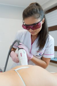 zabieg depilacji laserowej na pośladki